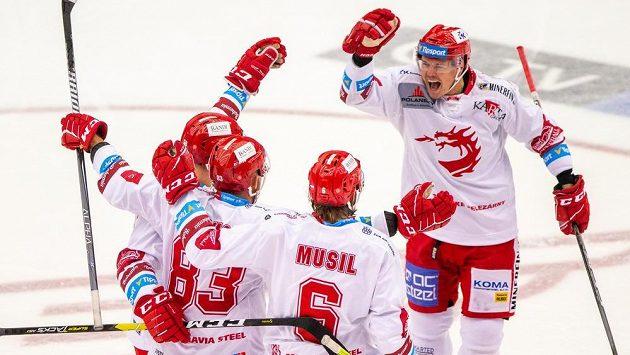 Hráči Třince se radují z druhého gólu proti Mountfieldu Hradec Králové, zleva Guntis Galvinš, střelec Martin Adamský, David Musil a Aron Chmielewski.