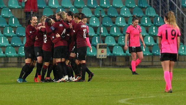 Hráčky Sparty se radují z gólu proti Glasgow v Lize mistryň.