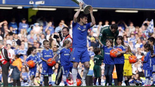 Zatímco Frank Lampard pózoval s trofejí pro vítěze Evropské ligy, Pert Čech se vpravo za ním věnoval svým dětem Adélce a Damiánovi.
