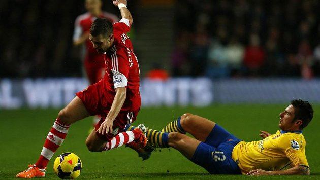 Olivier Giroud (vpravo) z Arsenalu v souboji s Morganem Schneiderlinem ze Southamptonu.