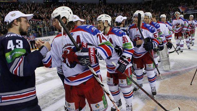 Útočník Magnitogorsku Jan Kovář (č. 43) přijímá gratulace od poražených hráčů Lva Praha. Finalisté by problémy rozhodně mít neměli.