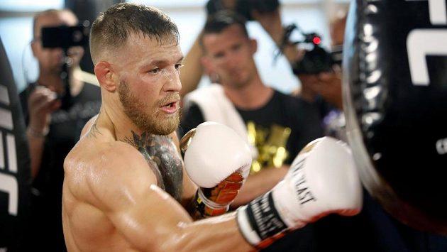 Conor McGregor trénuje ve společnosti novinářů v Las Vegas.
