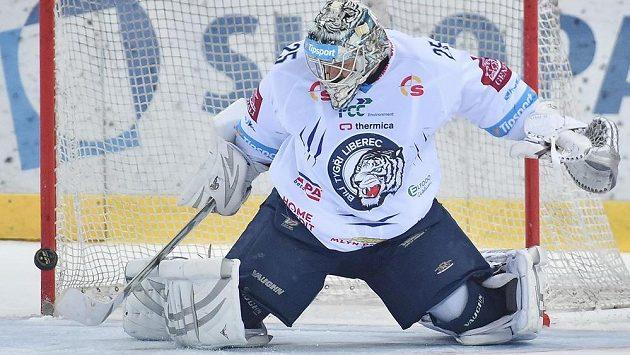 Liberecký brankář Ján Lašák ve čtvrtfinále play off hokejové extraligy s Plzní.