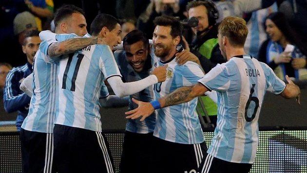 Fotbalisté Argentiny oslavují jediný gól v utkání.