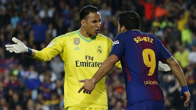 Brankář Realu Keylor Navas si bouřlivě vyměňuje názory s útočníkem Barcelony Luise Suárezem při EL Clásiku. Oba dva se mohou potkat i na MS.