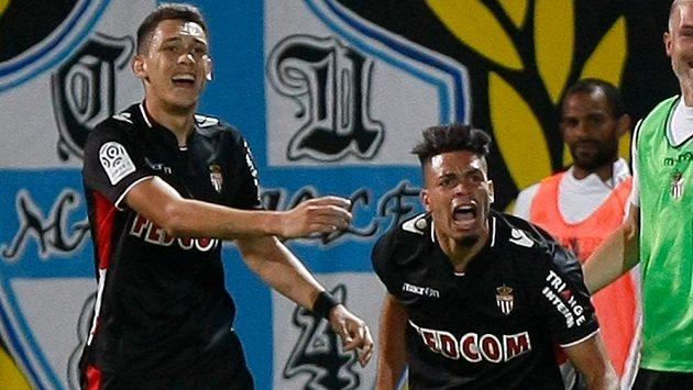 Emmanuel Riviére (vpravo) a Lucas Ocampos z Monaka slaví gól do sítě Olympique Marseille.