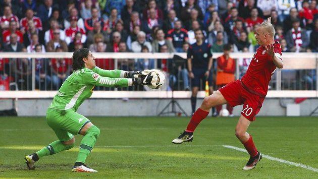 Brankář Mönchengladbachu Yann Sommer zasahuje před Sebastianem Rodem z Bayernu.