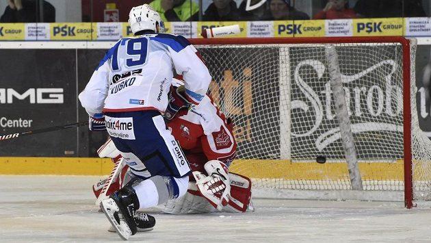 Silvester Kusko z Brna dává vítězný gól ze samostatného nájezdu v utkání s Olomoucí.