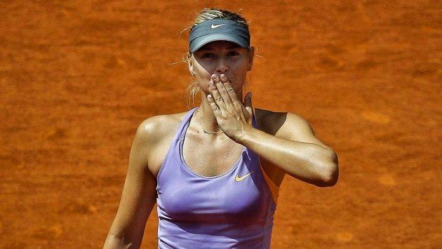 Ruská tenistka Maria Šarapovová zdraví fanoušky.