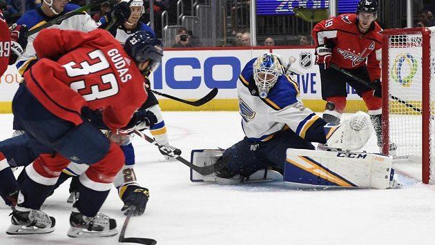 Obránce Washingtonu Capitals Radko Gudas (33) střílí gól do sítě St. Louis Blues. Brankář Jordan Binnington (50) neměl nárok.