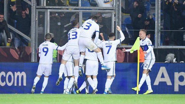Hráči Kosova se radují po vedoucí brance proti Česku, ilustrační foto.