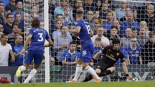 Fotbalista Chelsea Marcos Alonso (vlevo) překonává Petra Čecha v brance Arsenalu a rozhoduje o výhře Blues.