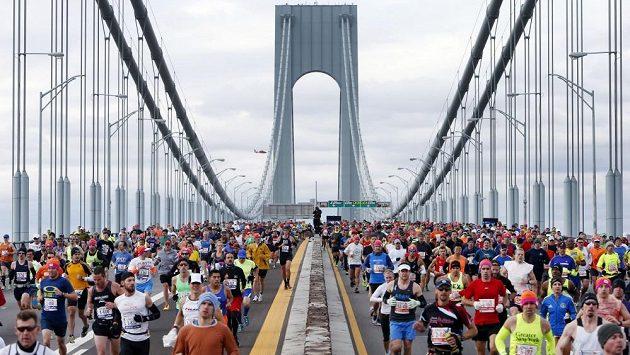 Účastníci Newyorského maratonu na mostě Verrazano-Narrows Bridge.