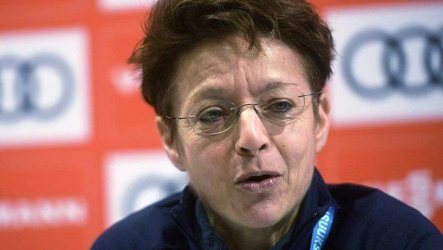 Bývalá generální sekretářka Sarah Lewisová chce jako první žena ve stoleté historii vést Mezinárodní lyžařskou federaci (FIS).