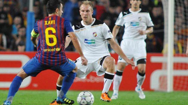Kapitán Barcelony Xavi se snaží obehrát plzeňského záložníka Daniela Koláře v zápase Ligy mistrů v říjnu 2011 na Camp Nou.