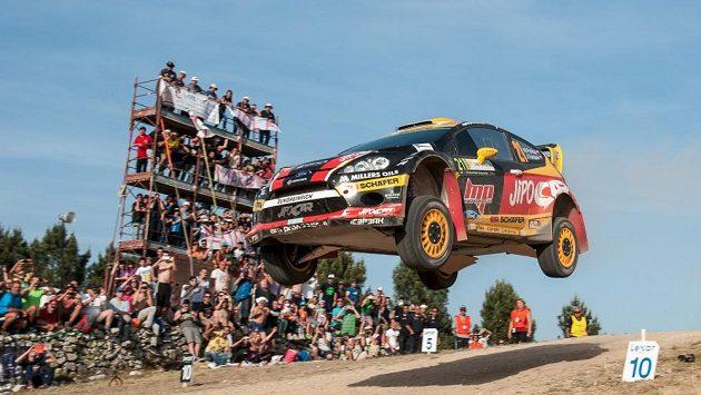 Martin Prokop s Fordem Fiesta WRC na slavném skoku při Italské rallye na Sardínii (ilustrační foto).