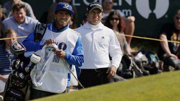 Carlos Tévez v roli nosiče holí golfisty Andrese Romera na British Open.