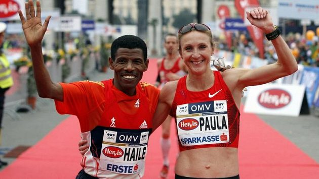 Haile Gebrselassie a Paula Radcliffeová v cíli půlmaratónu ve Vídni.