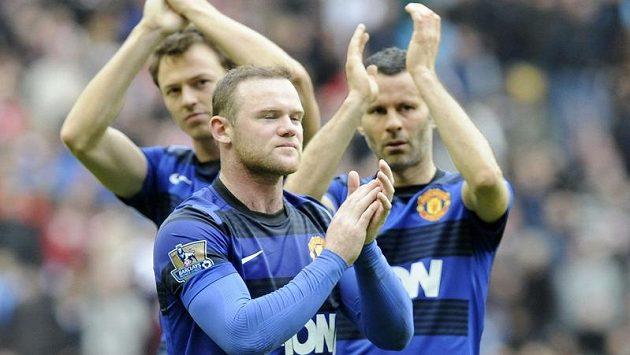 Oceněný Ryan Giggs (vpravo) se spoluhráči z Manchesteru United Waynem Rooneyem (uprostřed) a Jonnym Evansem