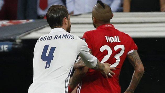 Obránce Realu Sergio Ramos popohání vyloučeného Artura Vidala k odchodu ze hřiště.