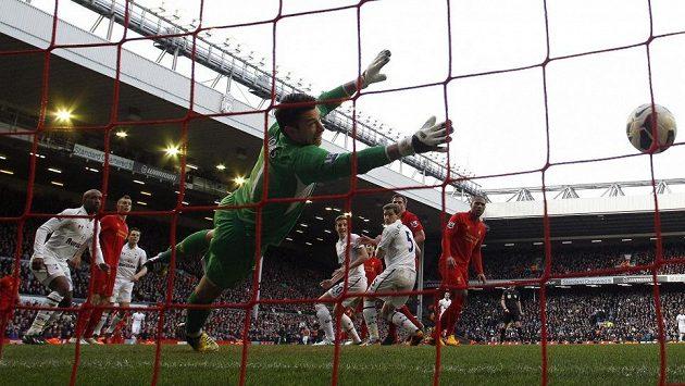 Jan Vertonghen (třetí zprava) z Tottenham vyrovnal v Liverpoolu na 1:1.
