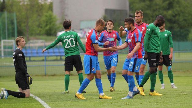Fotbalisté Plzně slaví jeden ze čtyř gólů do sítě Příbrami v přípravném utkání.