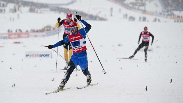 Český běžec na lyžích Aleš Razým (v popředí).