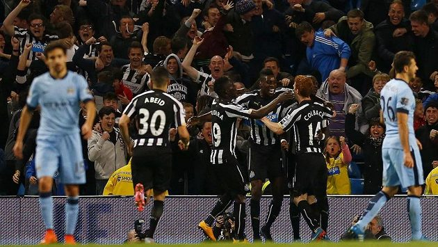 Moussa Sissoko (třetí zprava) z Newcastlu slaví se spoluhráči gól na hřišti Manchesteru City v osmifinále Ligového poháru.