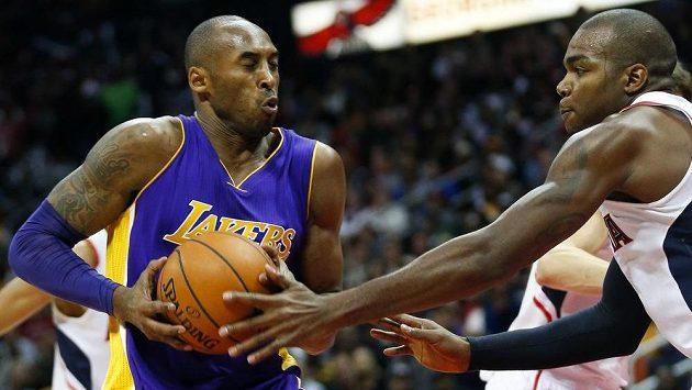 Kobemu Bryantovi (vlevo) se snaží zabránit v zakončení Paul Millsap z Atlanty.
