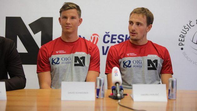 Plážoví volejbalisté David Schweiner (vlevo) a Ondřej Perušič.