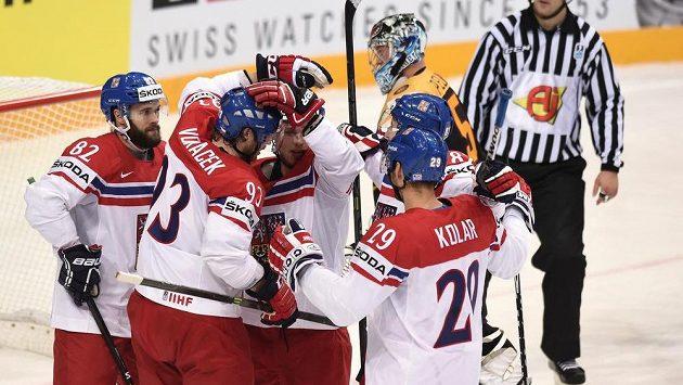 Michal Vondrka (82) oslavuje se spoluhráči gól na 1:1 během utkání hokejového Mistrovství světa Německo - Česká republika.