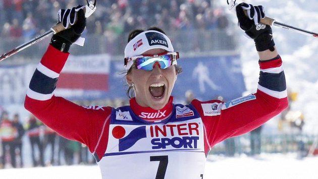 Famózní Norka Marit Björgenová se na světovém šampionátu ve Val di Fiemme raduje z dalšího zlata, tentokrát na klasické třicítce s hromadným startem.