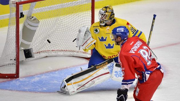 Michal Vondrka střílí úvodní gól švédskému brankáři Joacimu Erikssonovi.