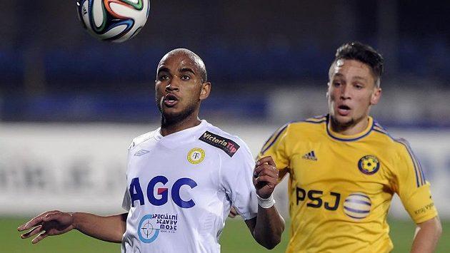 Teplický Nivaldo Santos z Teplic (vlevo) si zpracovává míč před Adamem Jánošem z Jihlavy.