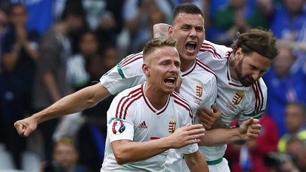 Maďaři Balázs Dzsudzsák, Ádám Szalai a Tamás Kádár se radují z gólu proti Islandu.