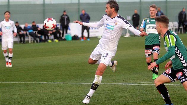 Plzeňský fotbalista Marek Bakoš se chystá zakončit útok v přípravném utkání s Riedem.