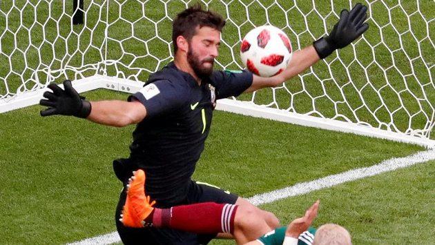 Kopačkou napřed šel útočník Mexika Javier Hernández do brankáře Brazílie Allisona, ale gól mu nedal. I proto, že selecao hrají v defenzivě hodně zodpovědně.