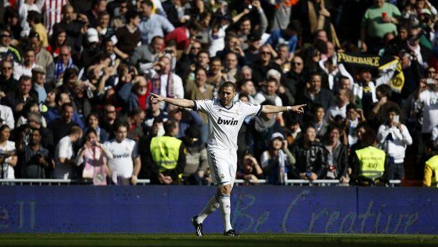 Útočník Realu Madrid Karim Benzema se raduje ze vstřelení gólu do sítě Barcelony.