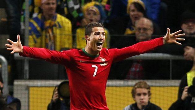 Portugalec Cristiano Ronaldo se raduje z gólu v baráži proti Švédsku.