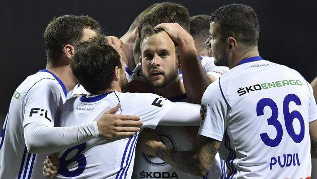 Hráči Mladé Boleslavi se radují z vítězného gólu, uprostřed jeho autor Lukáš Budínský.