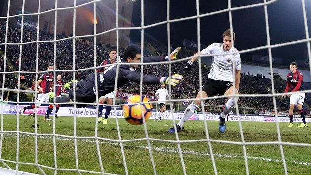 Mario Pašalič z AC Milán střílí vítězný gól v ligovém duelu proti Boloni.