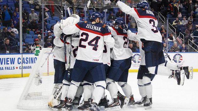 Euforie slovenských hokejistů do 20 let po triumfu nad Spojenými státy americkými na juniorském světovém šampionátu.