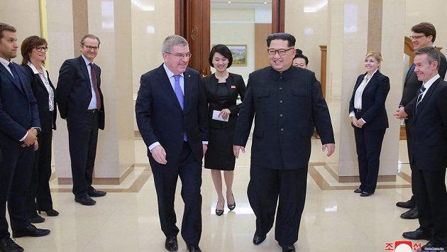 Thomas Bach )vlevo) při schůzce s vůdcem KLDR Kim Čong-unem v Pekingu.