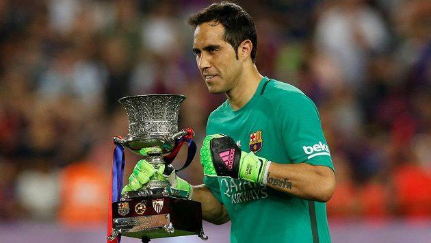 Claudio Bravo ještě jako brankář Barcelony nedávno pózoval se Superpohárem, který katalánský klub získal v boji se Sevillou.