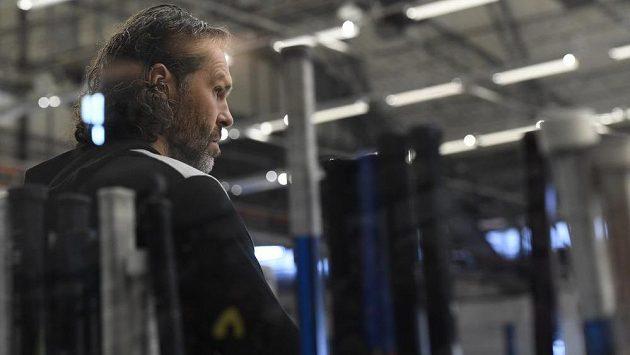 Jaromír Jágr do prvního zápasu nové sezóny nezasáhl. Hokejisty Kladna podporoval ze střídačky.