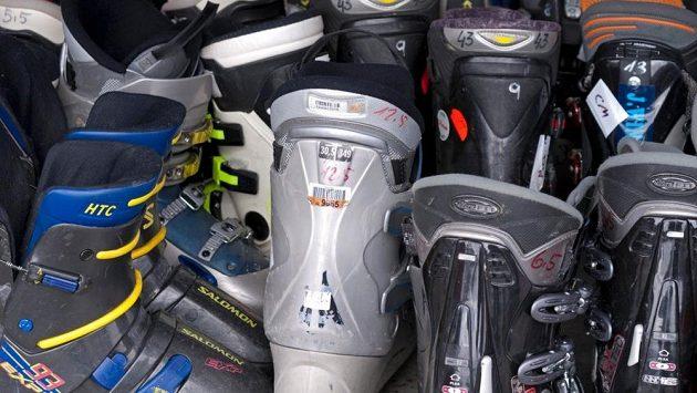 Ne, přezkáče opravdu nevypadají jako vhodná běžecká obuv.