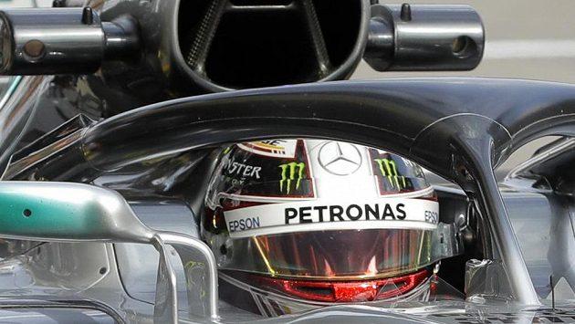 Mistr světa Lewis Hamilton během pátečních tréninků v Soči.
