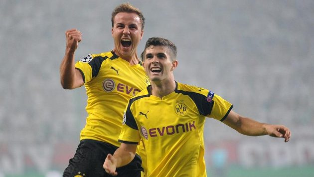 Dortmund's Mario Götze (vlevo) a Christian Pulisic slaví vstřelený gól na hřišti Legie.