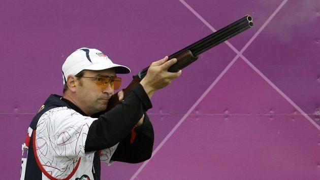 Střelec Jan Sychra při olympijské soutěži ve skeetu