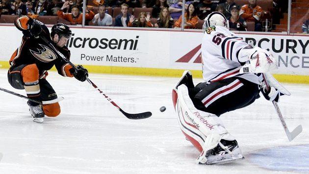 Útočník Anaheimu Ducks Matt Beleskey (vlevo) překonává brankáře Chicaga Blackhawks Coreyho Crawforda a střílí vítězný gól.